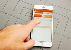 Μεταφορά χρημάτων, ing τραπεζικές εργασίες, στο iPhone 7 συν την εφαρμογή έτσι Στοκ εικόνα με δικαίωμα ελεύθερης χρήσης