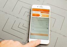 Μεταφορά χρημάτων, ing τραπεζικές εργασίες, στο iPhone 7 συν την εφαρμογή έτσι Στοκ εικόνες με δικαίωμα ελεύθερης χρήσης