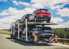 Μεταφορέας αυτοκινήτων που κινείται σε έναν δρόμο στοκ φωτογραφία με δικαίωμα ελεύθερης χρήσης
