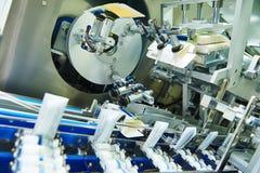Μεταφορέας γραμμών για τη συσκευασία των φιαλλιδίων στα κιβώτια στοκ εικόνες