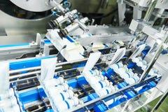 Μεταφορέας γραμμών για τη συσκευασία των φιαλλιδίων στα κιβώτια στοκ εικόνες με δικαίωμα ελεύθερης χρήσης