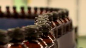 Μεταφορέας ζυθοποιείων με τα πλαστικά μπουκάλια μπύρας φιλμ μικρού μήκους