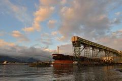 Μεταφορέας και σκάφος φορτίου στοκ φωτογραφία με δικαίωμα ελεύθερης χρήσης