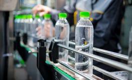 Μεταφορέας με τα μπουκάλια νερό στοκ φωτογραφίες με δικαίωμα ελεύθερης χρήσης