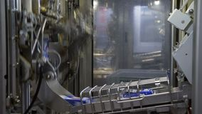 Μεταφορέας με την τετρα συσκευασία γάλακτος Εργοστάσιο για την εμφιάλωση των γαλακτοκομικών προϊόντων Τα γαλακτοκομικά προϊόντα κ φιλμ μικρού μήκους