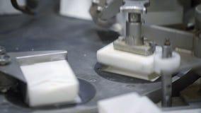 Μεταφορέας με τη συσκευασία τυριών εξοχικών σπιτιών Παραγωγή των τυριών εξοχικών σπιτιών στο εργοστάσιο Παραγωγή των γαλακτοκομικ απόθεμα βίντεο