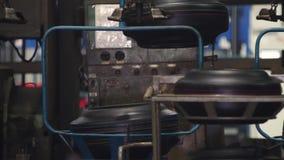Μεταφορέας με τις ρόδες στο εργοστάσιο Παραγωγή ροδών απόθεμα βίντεο