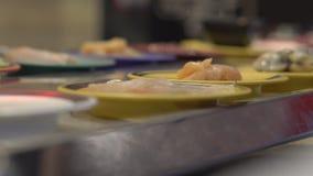 Μεταφορέας τροφίμων Ασιατικός καφές ύφους με τα τρόφιμα που κινούν σε έναν μεταφορέα τα μικρά πιάτα Έννοια της σπατάλης τροφίμων  απόθεμα βίντεο