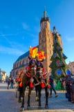Μεταφορές για τους οδηγώντας τουρίστες στο υπόβαθρο του καθεδρικού ναού Mariacki Στοκ Εικόνα