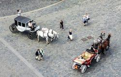 Μεταφορές και τουρίστες αλόγων στην παλαιά πόλη της Πράγας στοκ εικόνες με δικαίωμα ελεύθερης χρήσης