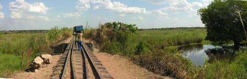 Μεταφορείς κατά μήκος του εγκαταλειμμένου σιδηροδρόμου, Katanga, Κονγκό στοκ φωτογραφία