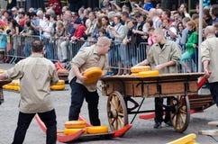 Μεταφορείς τυριών που μεταφέρουν το τυρί στην αγορά τυριών του Αλκμάαρ, Κάτω Χώρες στοκ φωτογραφία
