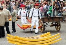 Μεταφορείς τυριών που μεταφέρουν το τυρί στην αγορά τυριών του Αλκμάαρ, Κάτω Χώρες στοκ εικόνα με δικαίωμα ελεύθερης χρήσης