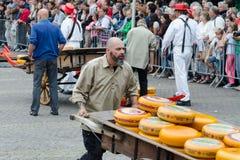 Μεταφορείς τυριών που μεταφέρουν το τυρί στην αγορά τυριών του Αλκμάαρ, Κάτω Χώρες στοκ φωτογραφίες