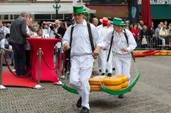 Μεταφορείς τυριών που μεταφέρουν το τυρί στην αγορά τυριών του Αλκμάαρ, Κάτω Χώρες στοκ φωτογραφία με δικαίωμα ελεύθερης χρήσης