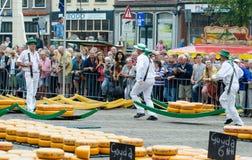 Μεταφορείς τυριών που μεταφέρουν το τυρί στην αγορά τυριών του Αλκμάαρ, Κάτω Χώρες στοκ εικόνες με δικαίωμα ελεύθερης χρήσης