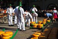 Μεταφορείς τυριών στην παραδοσιακή αγορά τυριών Στοκ Φωτογραφία