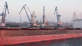 Μεταφορικά κιβώτια φορτίου και δεξαμενές αερίου στις αποβάθρες στην εισαγωγή-εξαγωγή και την επιχείρηση λογιστικές Εμπορικός λιμέ φιλμ μικρού μήκους