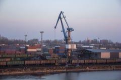 Μεταφορικά κιβώτια φορτίου και δεξαμενές αερίου στις αποβάθρες στην εισαγωγή-εξαγωγή και την επιχείρηση λογιστικές Εμπορικός λιμέ στοκ φωτογραφία με δικαίωμα ελεύθερης χρήσης