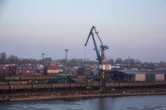 Μεταφορικά κιβώτια φορτίου και δεξαμενές αερίου στις αποβάθρες στην εισαγωγή-εξαγωγή και την επιχείρηση λογιστικές Εμπορικός λιμέ στοκ φωτογραφίες