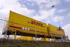 Μεταφορικά κιβώτια DHL μπροστά από τις διοικητικές μέριμνες του Αμαζονίου που χτίζουν στις 12 Μαρτίου 2017 μέσα Dobroviz, Τσεχία Στοκ Φωτογραφίες