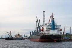 Μεταφόρτωση σκαφών του καναλιού λιμένων Στοκ Εικόνα