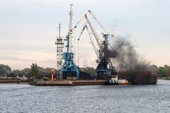 Μεταφόρτωση σκαφών του καναλιού λιμένων Στοκ φωτογραφίες με δικαίωμα ελεύθερης χρήσης