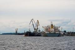 Μεταφόρτωση σκαφών του καναλιού λιμένων Στοκ Εικόνες
