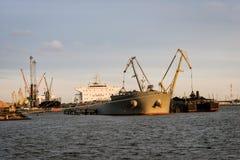 Μεταφόρτωση σκαφών του καναλιού λιμένων Στοκ εικόνες με δικαίωμα ελεύθερης χρήσης