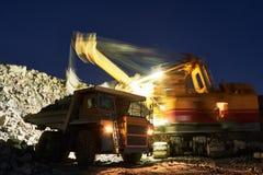 μεταλλεία γρανίτης ή μετάλλευμα φόρτωσης εκσκαφέων στο φορτηγό απορρίψεων Στοκ εικόνα με δικαίωμα ελεύθερης χρήσης
