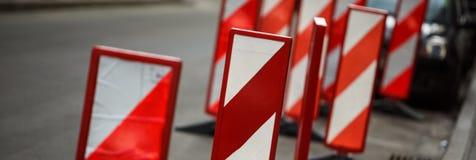 Μετα εμπόδιο σημαδιών λοξοδρόμησης εμποδίων πόλων ασφάλειας εργασιών οδικής κυκλοφορίας Στοκ φωτογραφία με δικαίωμα ελεύθερης χρήσης