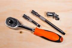 Μεταλλικά κλειδιά στο ξύλινο υπόβαθρο Στοκ εικόνα με δικαίωμα ελεύθερης χρήσης