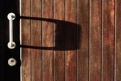 Μεταλλική λαβή πορτών στην παλαιά πόρτα Στοκ φωτογραφία με δικαίωμα ελεύθερης χρήσης