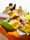 Μεταλλικοί αριθμοί πρόσφατα του παντρεμένου ζευγαριού στην ανθοδέσμη των θερινών λουλουδιών Στοκ εικόνα με δικαίωμα ελεύθερης χρήσης