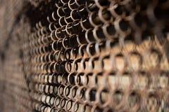 Μεταλλικός σκουριασμένος φράκτης σε ένα υπόβαθρο πλέγματος Στοκ εικόνες με δικαίωμα ελεύθερης χρήσης