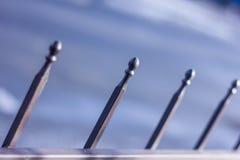 Μεταλλικός σφυρηλατημένος φράκτης με τις σφαίρες και τις ακίδες Στοκ φωτογραφία με δικαίωμα ελεύθερης χρήσης