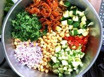 Μεταλλικό κύπελλο των τεμαχισμένων λαχανικών για τη σαλάτα Στοκ εικόνα με δικαίωμα ελεύθερης χρήσης