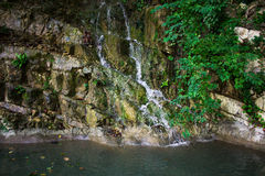 Μεταλλικό νερό βουνών άνοιξη στοκ φωτογραφία με δικαίωμα ελεύθερης χρήσης