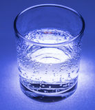 Μεταλλικό νερό με τις φυσαλίδες Στοκ Εικόνες