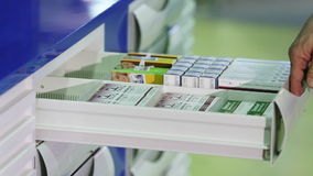 Μεταλλικό ντουλάπι με ανοιγμένο το χέρι κιβώτιο με τα φάρμακα φιλμ μικρού μήκους