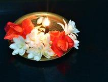 Μεταλλικό πιάτο ορείχαλκου που διακοσμείται με jasmine το θυμίαμα λουλουδιών και αρώματος Στοκ φωτογραφίες με δικαίωμα ελεύθερης χρήσης