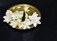 Μεταλλικό πιάτο ορείχαλκου που διακοσμείται με jasmine το θυμίαμα λουλουδιών και αρώματος Στοκ εικόνες με δικαίωμα ελεύθερης χρήσης