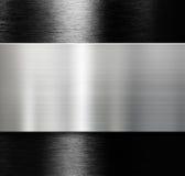 Μεταλλικό πιάτο πέρα από το μαύρο βουρτσισμένο υπόβαθρο αργιλίου Στοκ φωτογραφία με δικαίωμα ελεύθερης χρήσης