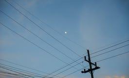 Μετα, μικρό φεγγάρι ηλεκτρικής ενέργειας με το υπόβαθρο μπλε ουρανού Στοκ φωτογραφίες με δικαίωμα ελεύθερης χρήσης