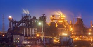 Μεταλλουργικές εγκαταστάσεις τη νύχτα Εργοστάσιο χάλυβα με τις καπνοδόχους Στοκ εικόνα με δικαίωμα ελεύθερης χρήσης