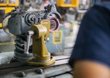 Μεταλλουργική βιομηχανία: λήξη του μετάλλου που λειτουργεί στη μηχανή μύλων τόρνου στοκ εικόνα