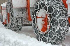 Μεταλλουργική ξύστρα αρότρων χιονιού με τον κάδο για να αφαιρέσει όλο το χιόνι από Στοκ φωτογραφία με δικαίωμα ελεύθερης χρήσης