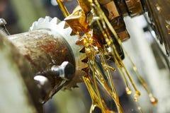 Μεταλλουργικό cogwheel εργαλείων δοντιών που επεξεργάζεται στη μηχανή από hob το εργαλείο μύλων κοπτών Στοκ Φωτογραφίες