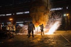Μεταλλουργός στην εργασία στο βαρύ εργοστάσιο βιομηχανίας. Στοκ Φωτογραφίες