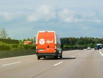 Μετα οδήγηση φορτηγών DPD γρήγορα στη γερμανική εθνική οδό Στοκ Εικόνα